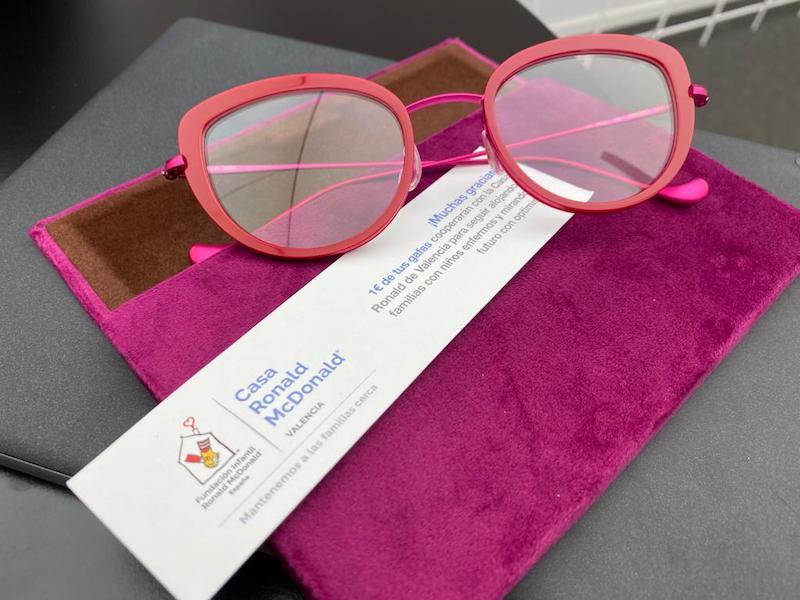 Gafas con la tarjeta de donación a la Casa Ronald McDonald de Valencia